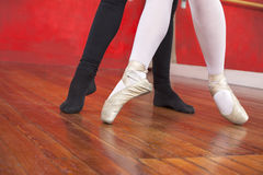 执行在硬木地板上的教练员和芭蕾舞女演员 库存照片