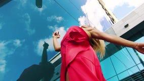执行在红色礼服的肉欲的女性舞蹈家低角度射击外面 股票录像