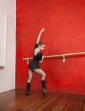 执行在纬向条花的女性跳芭蕾舞者 库存图片