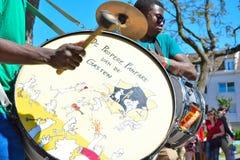 执行在节日的非洲撞击声带 免版税库存照片