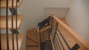执行在螺旋形楼梯的年轻美丽的熟练的女性舞蹈家特写镜头射击户内在公寓 股票录像