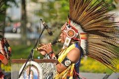 执行在街道唱歌的印地安合奏 免版税库存图片