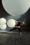 执行在装饰的演播室的磁性年轻舞蹈家 图库摄影