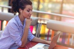 执行在视频聊天的混合的族种女性企业交涉 远程交换概念 库存照片