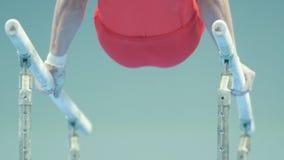 执行在酒吧的男性体操运动员在冠军 影视素材