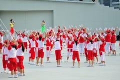 执行在阶段的学生在国庆节游行(NDP)排练期间2013年 库存图片