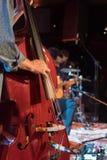 执行在阶段的音响三重奏带在夜总会,与Th 免版税图库摄影