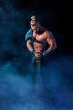 执行在阶段的年轻和肌肉人一个戏剧性姿势 免版税图库摄影
