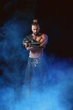 执行在阶段的年轻和肌肉人一个戏剧性姿势 库存照片