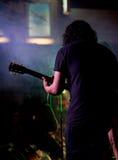 执行在阶段(后面看法)的吉他弹奏者 库存图片