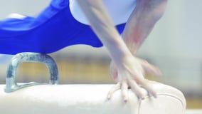执行在鞍马的男性体操运动员 股票录像