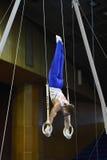执行在鞍马的男性体操运动员 免版税库存照片