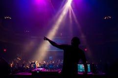 执行在音乐会的DJ 免版税库存照片