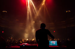 执行在音乐会的DJ 库存照片
