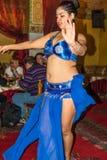 执行在马拉喀什,摩洛哥的一位女性舞蹈家 图库摄影