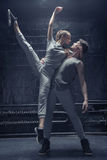 执行在黑屋子的有天才的舞蹈家 免版税库存图片