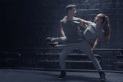 执行在黑暗的纯熟舞蹈家点燃了室 免版税库存照片