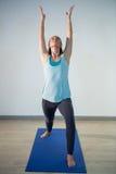 执行在锻炼席子的妇女瑜伽 免版税库存图片