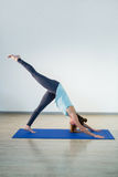 执行在锻炼席子的妇女瑜伽 库存照片