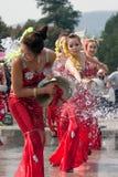 执行在水飞溅的节日的女演员 免版税库存图片