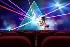 执行在3d前面的歌手倒空戏院 库存照片