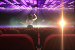 执行在3d前面的歌手倒空戏院 免版税库存图片