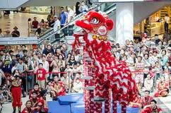 执行在Haymarket春节庆祝购物中心的中国`金吴Koon `队舞狮 免版税库存图片