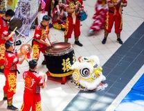 执行在Haymarket春节庆祝购物中心的中国`金吴Koon `队鼓手 库存照片