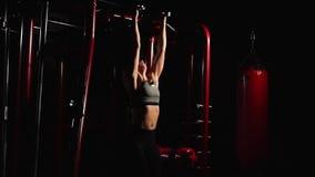执行垂悬的腿的健身妇女提高锻炼-其中一最有效的Ab锻炼 股票视频