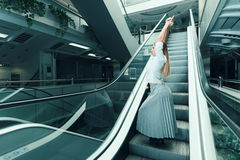 执行女子瑜伽年轻人 都市瑜伽 能量姿势 免版税库存图片