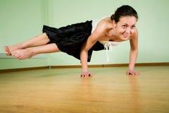 执行女子瑜伽年轻人 免版税库存图片