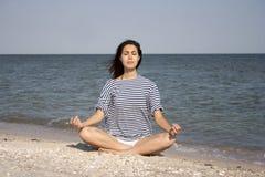 执行女子瑜伽年轻人 库存图片