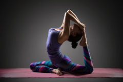 执行女子瑜伽 库存照片