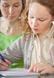 执行女孩她的妈妈prework 免版税库存照片