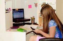 执行女孩她的家庭作业年轻人 免版税图库摄影