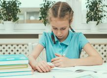 执行女孩她的家庭作业 库存图片