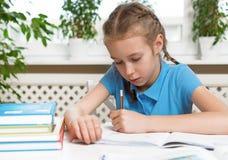 执行女孩她的家庭作业 免版税图库摄影