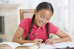 执行女孩她的家庭作业 免版税库存图片