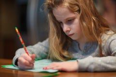 执行女孩家庭作业年轻人 免版税库存图片