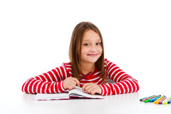 执行女孩家庭作业查出的白色的背景 免版税图库摄影