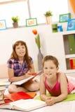 执行女孩家庭作业纵向 库存图片