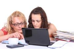 执行女孩家庭作业膝上型计算机年轻人 库存照片