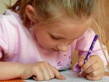 执行女孩家庭作业 库存照片