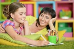 执行女孩家庭作业 免版税库存图片
