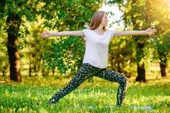 执行女孩瑜伽 免版税库存照片