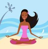 执行女孩莲花坐瑜伽的海滩 库存照片