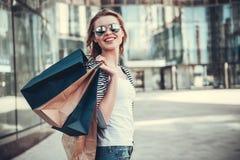 执行女孩购物 免版税库存图片