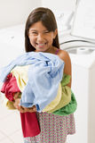执行女孩洗衣店年轻人 免版税库存图片