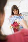 执行女孩洗衣店年轻人 库存照片