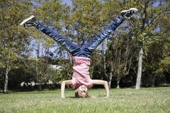 执行女孩headstand非离子活性剂 免版税库存照片